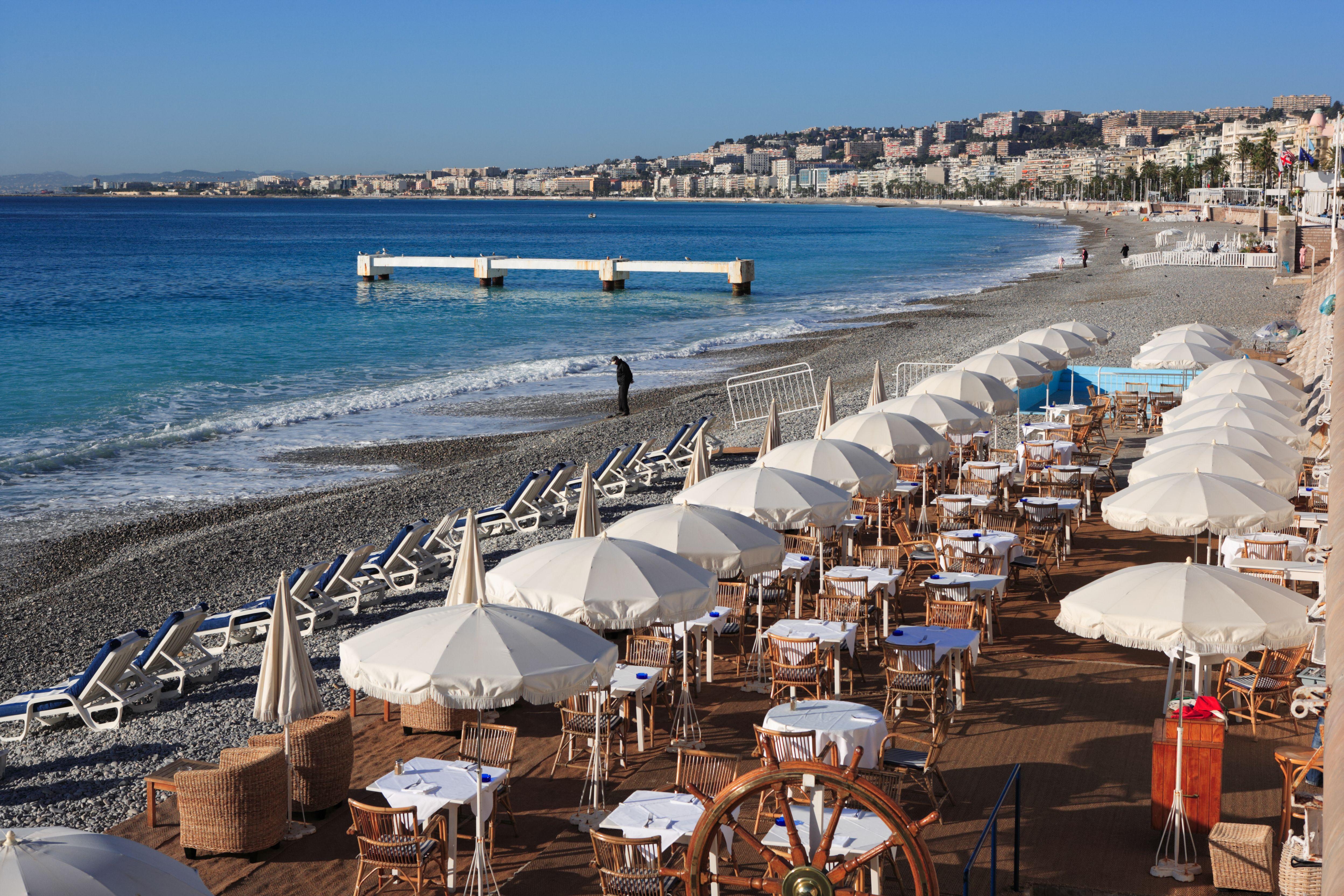 restaurant de plage sur la côte méditerranée
