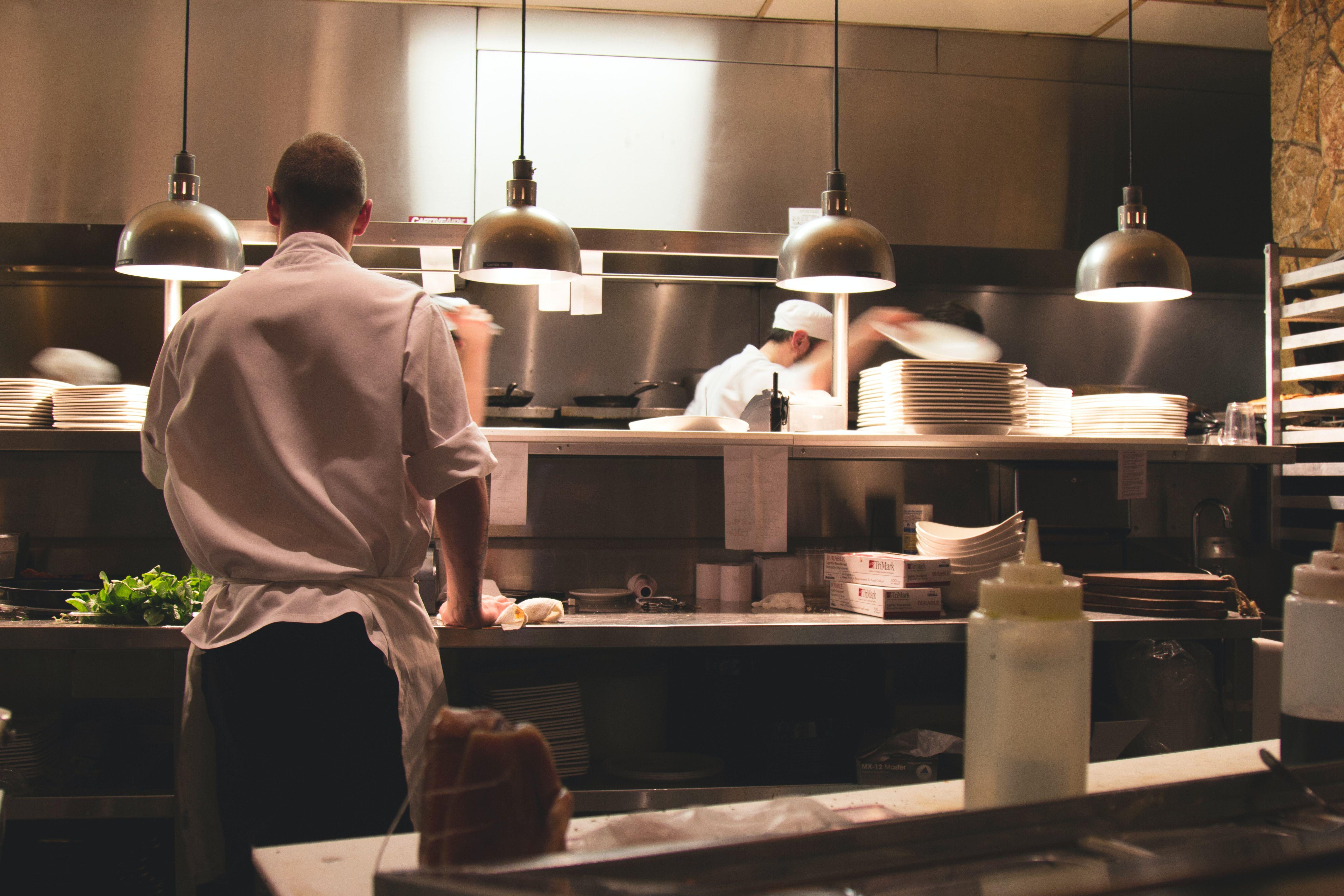 cuisinier en chemise blanche